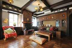 リビングの様子3。窓辺には暖炉があります。(2013-02-20,共用部,LIVINGROOM,1F)