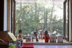 キッチンの窓辺。緑が見えます。(2013-02-20,共用部,KITCHEN,1F)