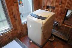 バスルームに置かれた洗濯機!排水の関係でバスルームに設置しているそう。(2013-02-20,共用部,LAUNDRY,1F)