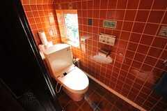 階段下にあるウォシュレット付きトイレ。(2013-02-20,共用部,TOILET,1F)