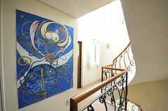 廊下には大きな絵画が飾られています。(2013-02-20,共用部,OTHER,2F)
