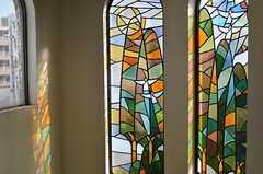 ステンドグラスは、木と森をモチーフとしています。(2013-02-20,共用部,OTHER,3F)