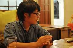 インタビュー時の様子3。(2010-08-18,共用部,PARTY,1F)