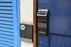 カメラ付きのインターホンが設置されています。玄関の鍵はナンバー式のオートロックです。(2020-01-31,周辺環境,ENTRANCE,1F)