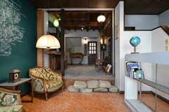 玄関ロビーの様子2。シェアハウスの玄関はさらに奥です。(2020-01-31,周辺環境,ENTRANCE,1F)
