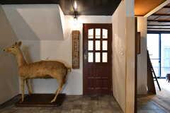 鹿の剥製とシェアハウスの玄関ドア。(2020-01-31,周辺環境,ENTRANCE,1F)