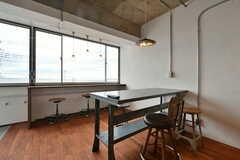 ダイニングテーブルの様子。窓辺のカウンターテーブルからは海が見えます。(2020-01-31,共用部,LIVINGROOM,2F)