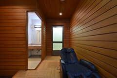 正面のドアの先が男性用のシャワールームです。(2016-09-27,共用部,BATH,1F)