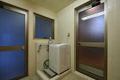 シャワーブースの対面に洗濯機が設置されています。(2016-09-27,共用部,LAUNDRY,1F)