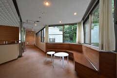 廊下は腰掛けられるスペースがあります。(2016-09-27,共用部,OTHER,2F)