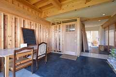 エントランスホールの様子。正面の木製ドアがシェアハウスの入口です。(2014-12-18,周辺環境,ENTRANCE,1F)