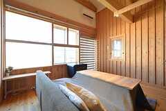 リビングの様子3。窓が大きい。(2014-12-18,共用部,LIVINGROOM,2F)