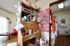 キッチンの周辺には勉強机が設置されています。勉強机は収納スペースとして利用されています。(2017-06-22,共用部,PC,1F)