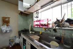 キッチンの様子。収納は通気性を良くするため開け放してあるとのこと。(2017-06-22,共用部,KITCHEN,1F)
