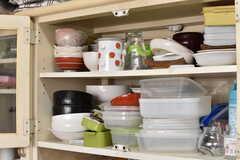 食器棚には共用のお茶碗やお皿が収納されています。(2017-06-22,共用部,KITCHEN,1F)