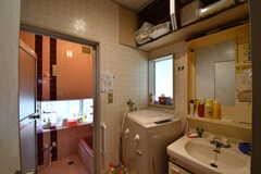 脱衣室の様子。洗濯機と洗面台が並んでいます。(2017-06-22,共用部,BATH,1F)