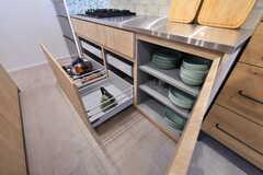 フライパンや共用の食器は、たっぷりと用意されています。(2018-01-17,共用部,KITCHEN,1F)