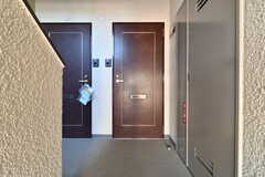 玄関の様子。304号室はファミリーだけでなく、シングル3名でも入居できるそうです。(304号室)(2018-01-17,専有部,ROOM,3F)
