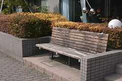 建物の前にベンチが設置されています。(2015-02-25,共用部,OTHER,1F)