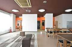 オレンジ色の壁の裏がキッチンです。(2015-02-25,共用部,LIVINGROOM,1F)