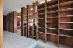 玄関から見た内部の様子。パーテーショーンは靴箱を兼ねています。(2012-09-19,周辺環境,ENTRANCE,3F)