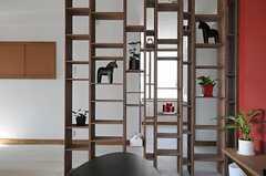 ランダムな高さがかわいいオリジナルのパーテーション。飾り棚にもなっています。(2012-09-19,共用部,OTHER,3F)