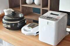 ホームベーカリーやホットプレート、鯛焼きやドーナツも焼けるワッフルメーカーも準備されています。(2012-09-19,共用部,KITCHEN,3F)