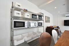 ダイニングテーブルの隣にキッチン家電のラックが設置されています。(2016-07-25,共用部,LIVINGROOM,4F)