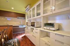 キッチン家電類と食器などはこちらに収納されています。(2015-03-31,共用部,KITCHEN,1F)