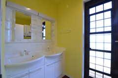 洗面台の様子。ドアからはベランダに出られます。(2015-03-31,共用部,OTHER,2F)