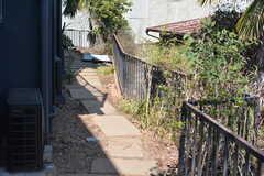 建物の横を抜ける道。(2015-03-31,共用部,OTHER,1F)