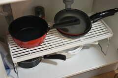 シンク下にはフライパンや鍋が収納されています。(2018-11-30,共用部,KITCHEN,1F)