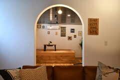 アーチ型にくり抜かれた壁がかわいいです。(2017-08-09,共用部,LIVINGROOM,3F)
