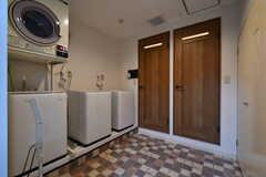 ランドリールームの様子。正面のドアはシャワールームです。(2017-08-09,共用部,LAUNDRY,2F)