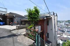 シェアハウスの外観。傾斜地に建っていて、玄関は3Fにあります。(2019-05-27,共用部,OUTLOOK,3F)