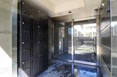 宅配ボックスの様子。正面玄関は建物の2Fです。(2011-02-18,周辺環境,ENTRANCE,2F)