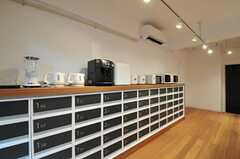 シェアハウスのキッチンの様子4。キッチン家電も充実しています。(2011-02-18,共用部,KITCHEN,1F)