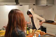 夜のキッチンの様子3。(2014-03-06,共用部,LIVINGROOM,1F)