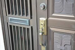 玄関のドアハンドルの様子。ポストに届いた郵便物は気づいた方が回収して、玄関の郵便トレイで部屋ごとに振り分けます。(2016-09-30,周辺環境,ENTRANCE,1F)