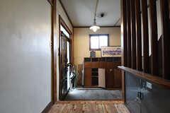 内部から見た玄関の様子。靴箱は専有部ごとに使えるスペースが決まっています。(2016-09-30,周辺環境,ENTRANCE,1F)