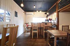 廊下側から見たリビングの様子。リビングはシェアカフェとしても利用されています。(2016-09-30,共用部,LIVINGROOM,1F)