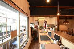 カウンターテーブルの様子2。奥がキッチンです。(2016-09-30,共用部,LIVINGROOM,1F)