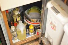 シンクの下は共用の鍋やボウルが収納されています。調味料はシェアカフェで使用するものも収納されています。(2016-09-30,共用部,KITCHEN,1F)