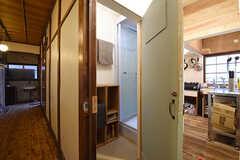 キッチン脇がシャワールームです。(2016-09-30,共用部,BATH,1F)