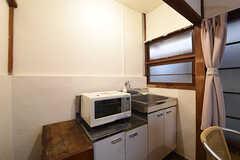 キッチンの様子。全室、シンクと電子レンジが用意されています。ガスは通っていません。(103号室)(2016-09-30,専有部,ROOM,1F)