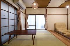 キッチン側から見た小上がりの様子。窓からテラスへ出られます。(103号室)(2016-09-30,専有部,ROOM,1F)