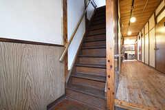 階段の様子。2Fは靴を脱いで上がります。(103号室)(2016-09-30,共用部,OTHER,1F)