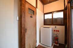 ドアの先がトイレです。トイレ脇に洗濯機が設置されています。(2016-09-30,共用部,OTHER,2F)
