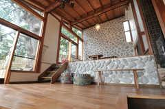 ラウンジを見上げるとこんな感じ。天井が高いです。(2011-11-28,共用部,LIVINGROOM,3F)