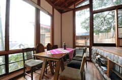 ラウンジの一番下のフロアにはダイニングテーブルとチェアがあります。(2011-11-28,共用部,LIVINGROOM,3F)